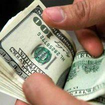 Peso registra nuevo mínimo histórico; cierra dólar en $21.99