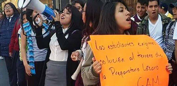 Estudiantes y padres de familia protestan en la SEP; demandan apoyos educativos