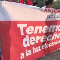 En CFE protestan habitantes de La Paz por falta electricidad