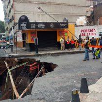 Se abre socavón en el centro de la Ciudad de México.
