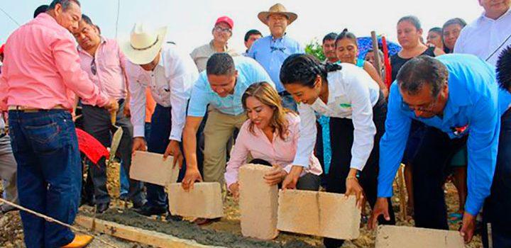 Colocan la primera piedra para construcción del Cecytev de Huazuntlán