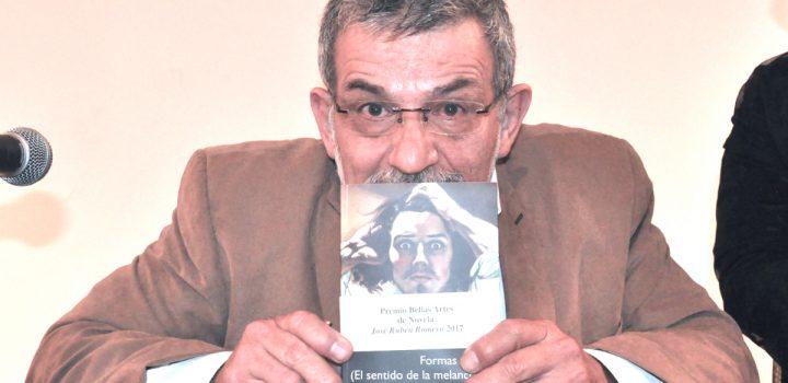 Marco Tulio Aguilera Garramuño presentó su novela Formas de luz