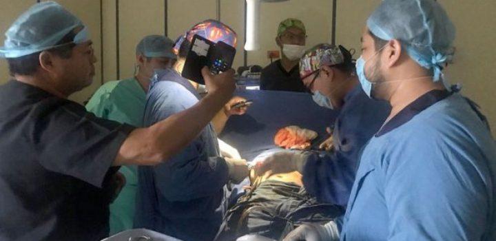 Alumbran cirugía en hospital de Tabasco con lámpara de celular
