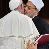 Papa Francisco firma pacto fraterno en Emiratos Árabes con beso histórico