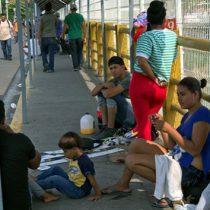 Migrantes aguardan en frontera sur para registro