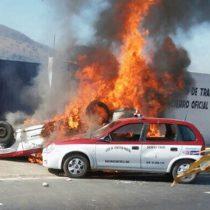Queman taxis en enfrentamiento en Oaxaca