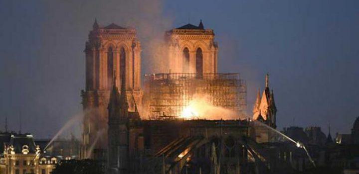 Libran incendio fachada y torres de Notre Dame