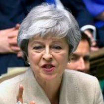 Parlamento ordena a May buscar prórroga para el Brexit