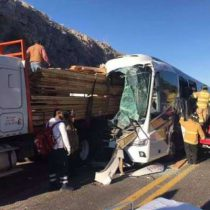 Mueren cinco pasajeros en choque de autobús en la supercarretera de Durango
