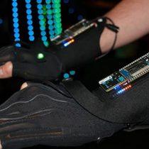 Crean guantes inteligentes para hacer música con gestos