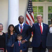 Donald Trump otorga Medalla de la Libertad a Tiger Woods