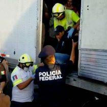 Rescatan a 112 migrantes hacinados en camión en Monterrey