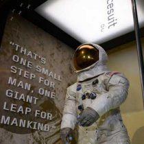 Exponen traje de Neil Armstrong antes de su desintegración