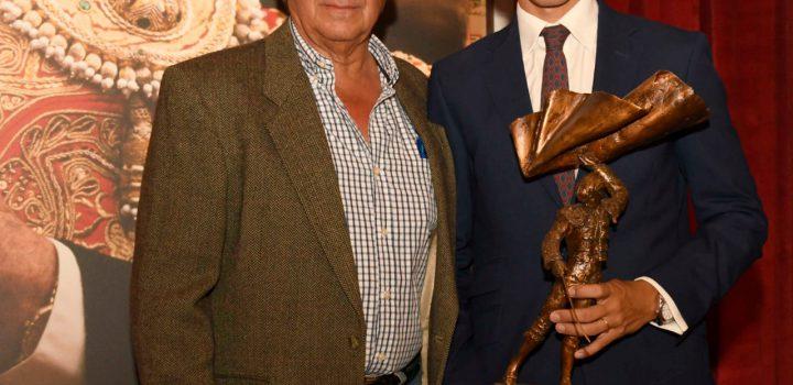 Diego Silveti recibe el trofeo Curro Rivera
