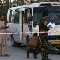 Mueren 2 en ataque a microbús de cadena de TV afgana