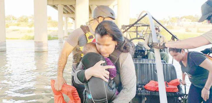Rescatan a 12 inmigrantes atrapados en el río Bravo