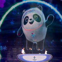 China presenta la mascota de los JJ.OO. de invierno Pekín 2022