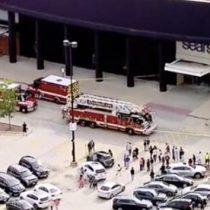 Sujeto ingresa con su auto a centro comercial y desata tiroteo en Illinois