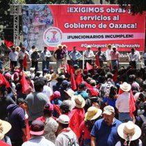 Ante nula atención a sus demandas, antorchistas de Oaxaca instalan plantón en Secretaría de Finanzas.
