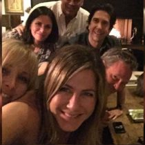 Jennifer Aniston debuta en Instagram con selfie del reparto de Friends