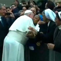 'Te doy un beso, pero no me muerdas', bromea el papa con monja