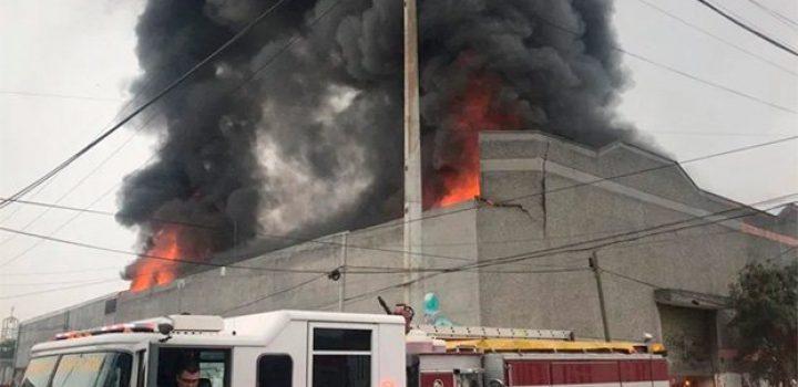 Desalojan kinder por incendio en bodega de químicos de Monterrey