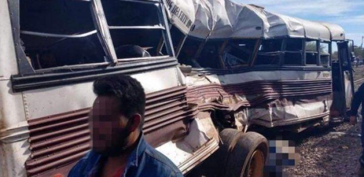 Tren arrolla a camión con trabajadores, hay varios muertos