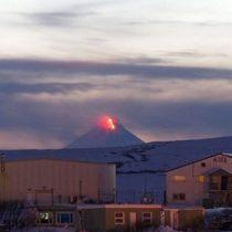 Emiten alerta roja en Alaska por erupción del volcán Shishaldin