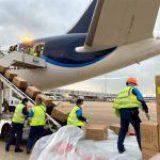 Cargan cuarto avión con insumos para México