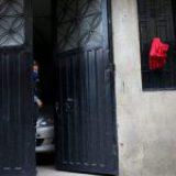 Colombianos cuelgan trapos rojos en sus ventanas para pedir víveres durante la cuarentena