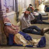 Campesinos duermen afuera de banco en Oaxaca para cobrar apoyos federales