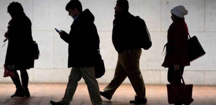 Desempleo en EU alcanza cifra histórica: 6.6 millones de personas piden ayuda