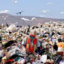 Hurgan en basurero para sobrevivir