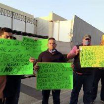 Protestan camilleros en hospital temporal de Covid