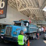 Protestan transportistas en AICM por falta de pagos