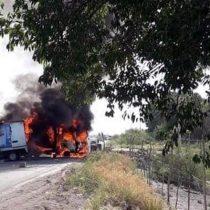 Bloquean y queman autos por operativo en Michoacán