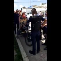 Policías de Chiapas rocían gas lacrimógeno a niño con síndrome de down