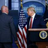 Trump abandona conferencia por balacera