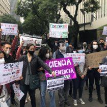 Científicos protestan frente al Senado