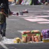 Niños convierten carriola en carrito de dulces para trabajar en Oaxaca