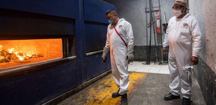 Familias esperan hasta 5 días para incinerar a sus muertos por COVID