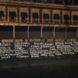 Pintan nombres de víctimas de feminicidio en vallas instaladas frente a Palacio Nacional