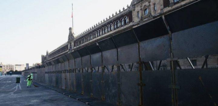 Ante marcha por 8M, 'blindan' Palacio Nacional con vallas metálicas
