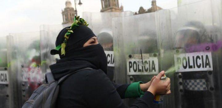 Reprimen a feministas que se dirigían a Palacio Nacional