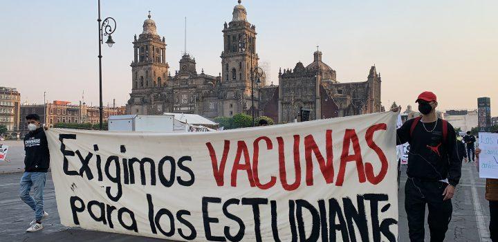 Estudiantes protestan en Palacio Nacional para exigir que se agilice el proceso de vacunación contra Covid-19