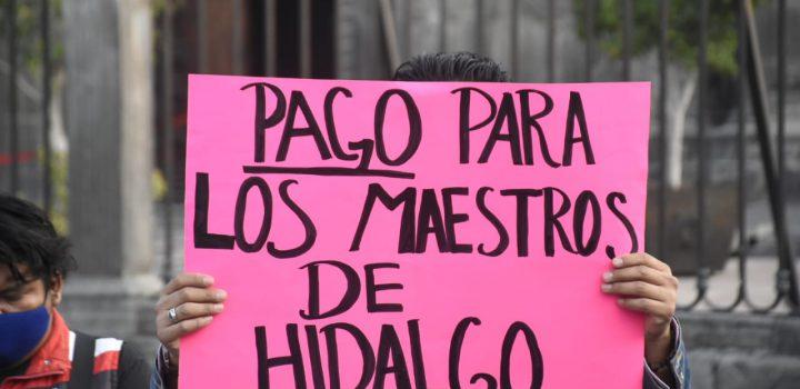 Maestros de Hidalgo van Palacio Nacional; denuncian que Omar Fayad retiene salarios desde hace un año