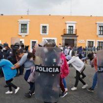 Detienen a 30 estudiantes por manifestación en Casa Aguayo en Puebla