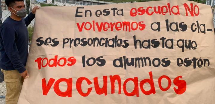 Estudiantes y padres de familia 'clausuran' escuelas contra regreso a aulas